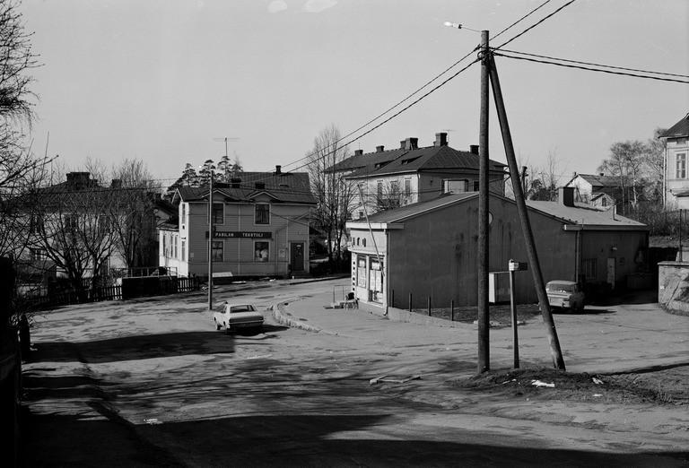 Elannon uusi Pasilan liiketalo, jossa oli sekatavara- ja leipämyymälä. Hertankatu 15 (= Pasilan puistotie, Hertanmäki). Kuvattu mahd. Susannankadulta.